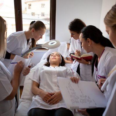 Avantajele scolilor ce tin cursuri de cosmetica acreditate in Bucuresti