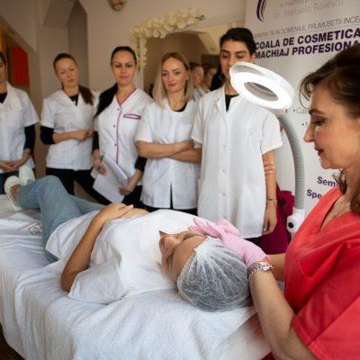 Comunicat de presă: Una din patru eleve înscrise la cursuri de cosmetică și machiaj profesional s-a întors din străinătate pentru reconversie profesională